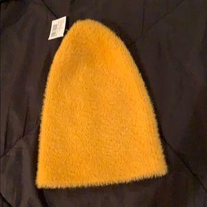 🆕 NWT Zara furry mustard beanie